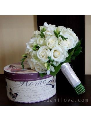 Белоснежный букет с розами