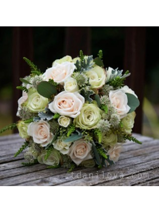 Бело-зеленый букет с розами